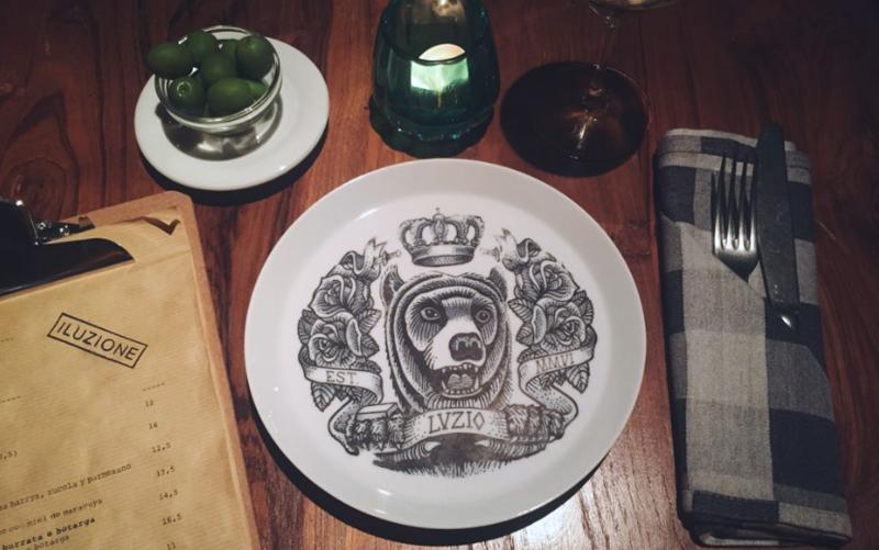 Mesa del restaurante Iluzione