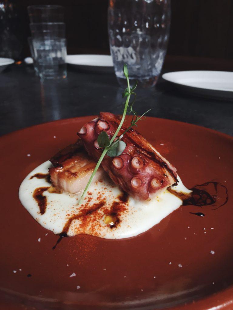 Pulpo a la brasa con panceta y parmentier de patata del restaurante Puerto Chico