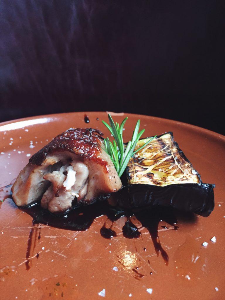 Lechal con berenjena del restaurante Puerto Chico