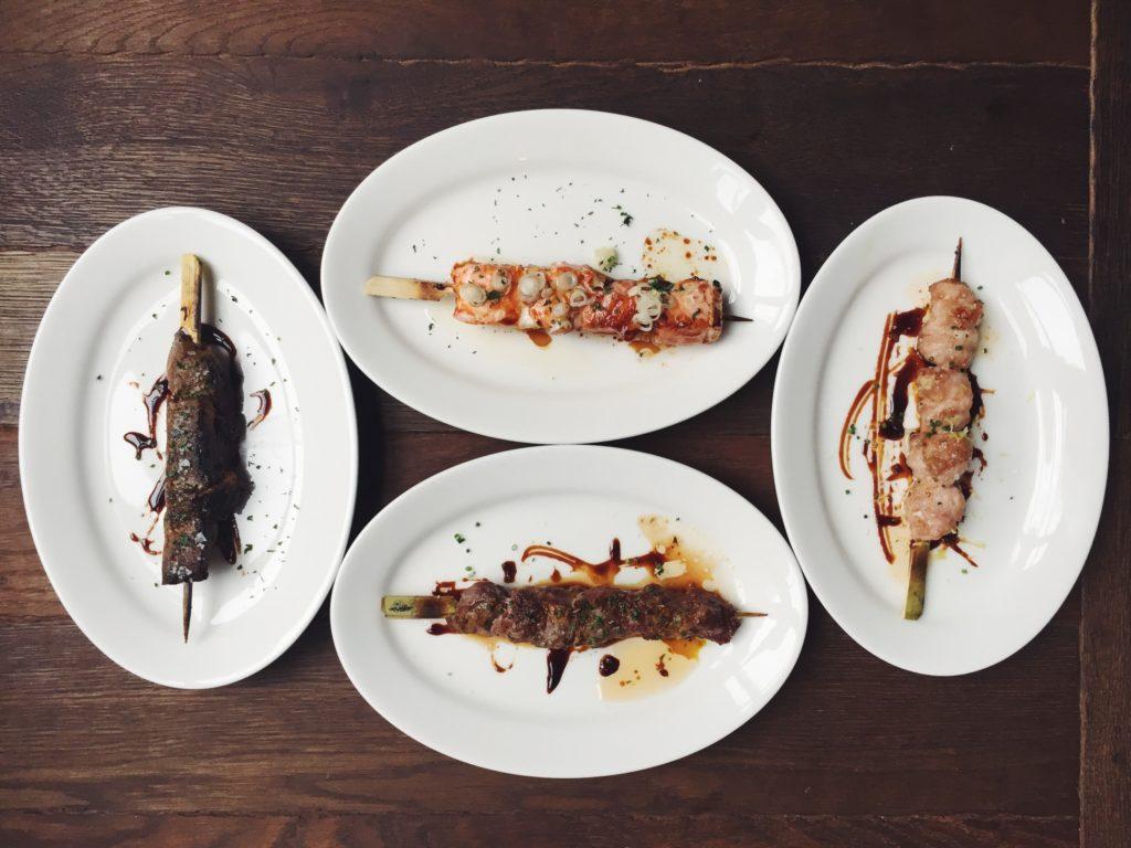 Selección de pinchos a la robata del restaurante Puerto Chico