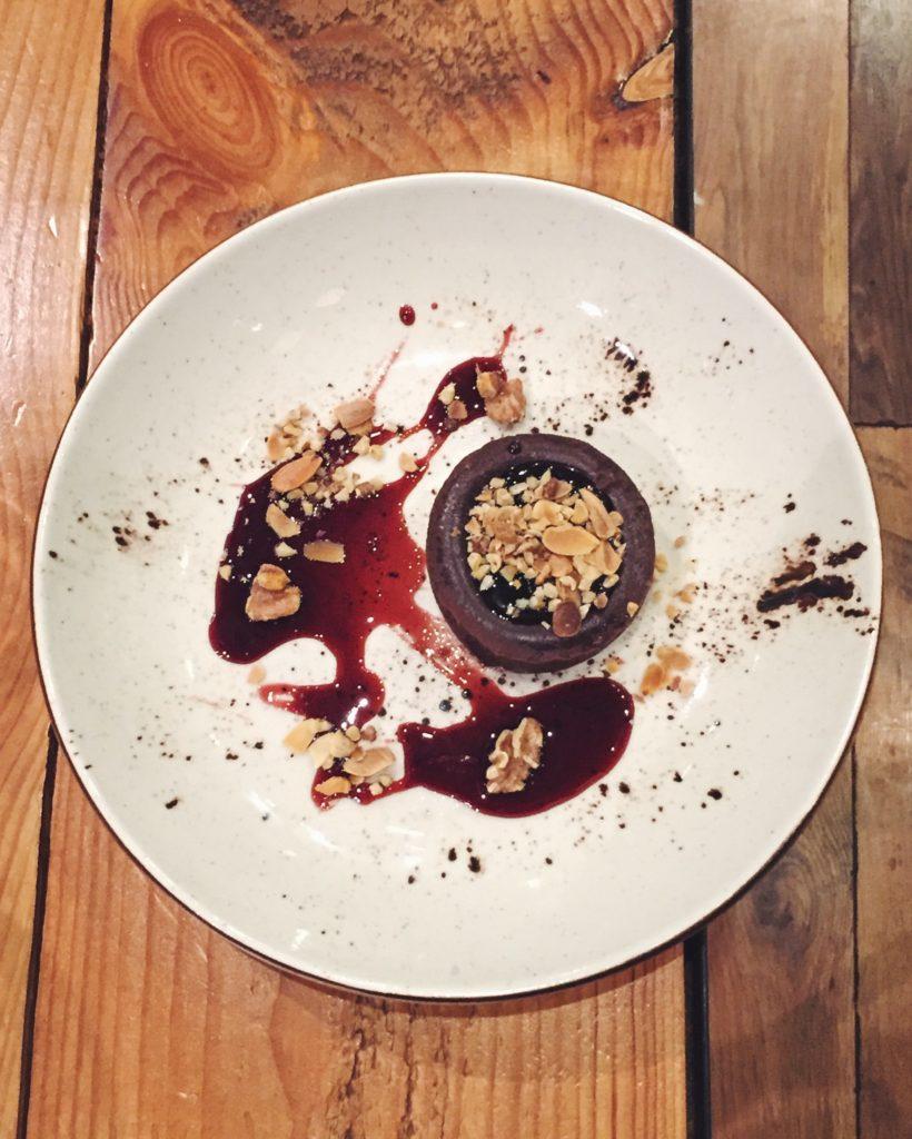 Coulant de chocolate con coulis de frutos rojos del restaurante Gourmet Tapas by Sensi