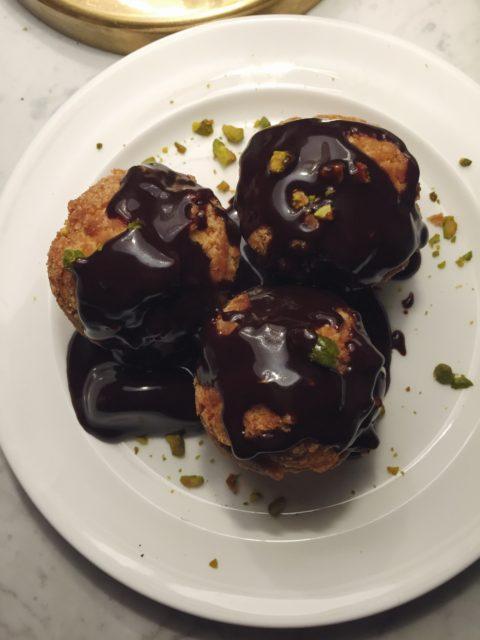 Profiteroles de pistacho y chocolate del restaurante Cecconi's Barcelona