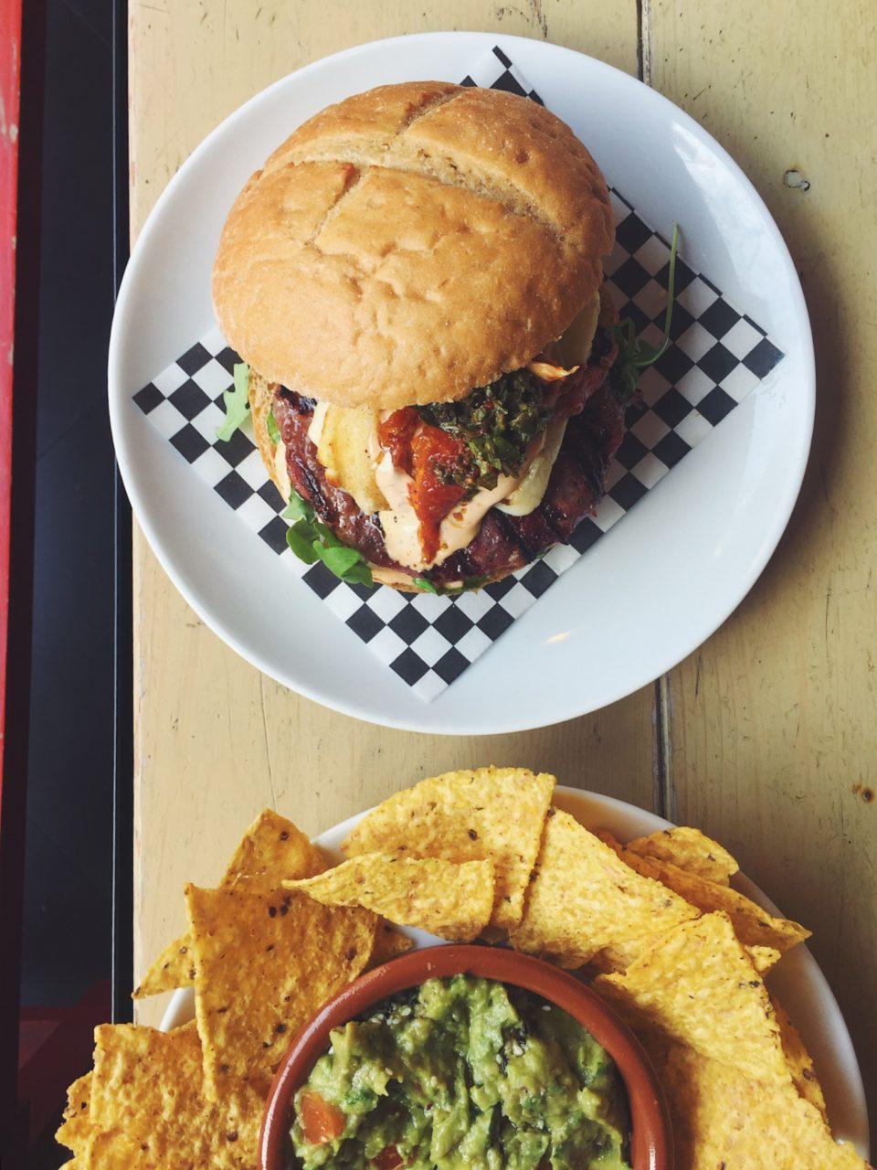 Burger y nachos del restaurante BRO Room